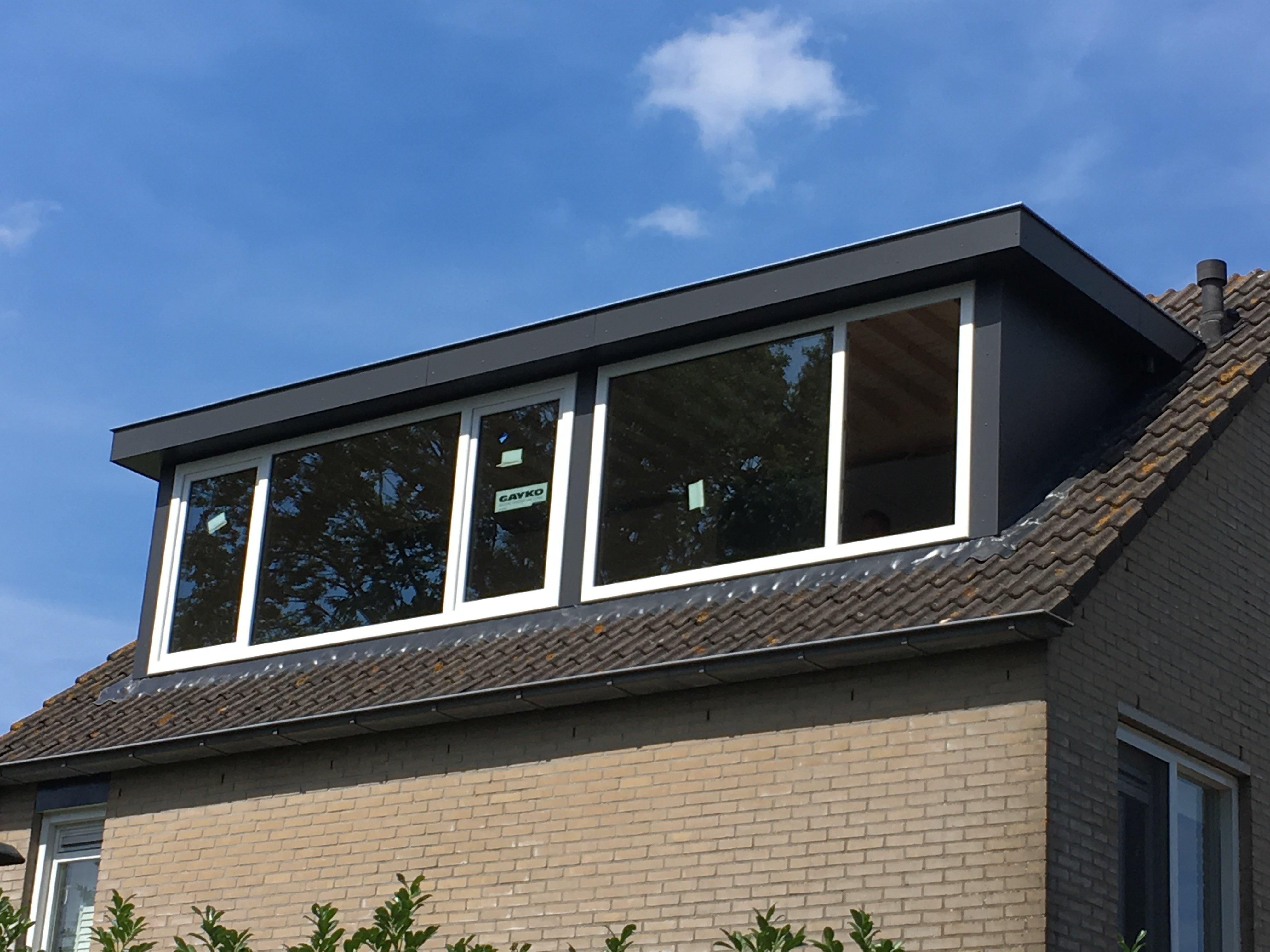 Traditionele dakkapel gemonteerd te Maartensdijk.