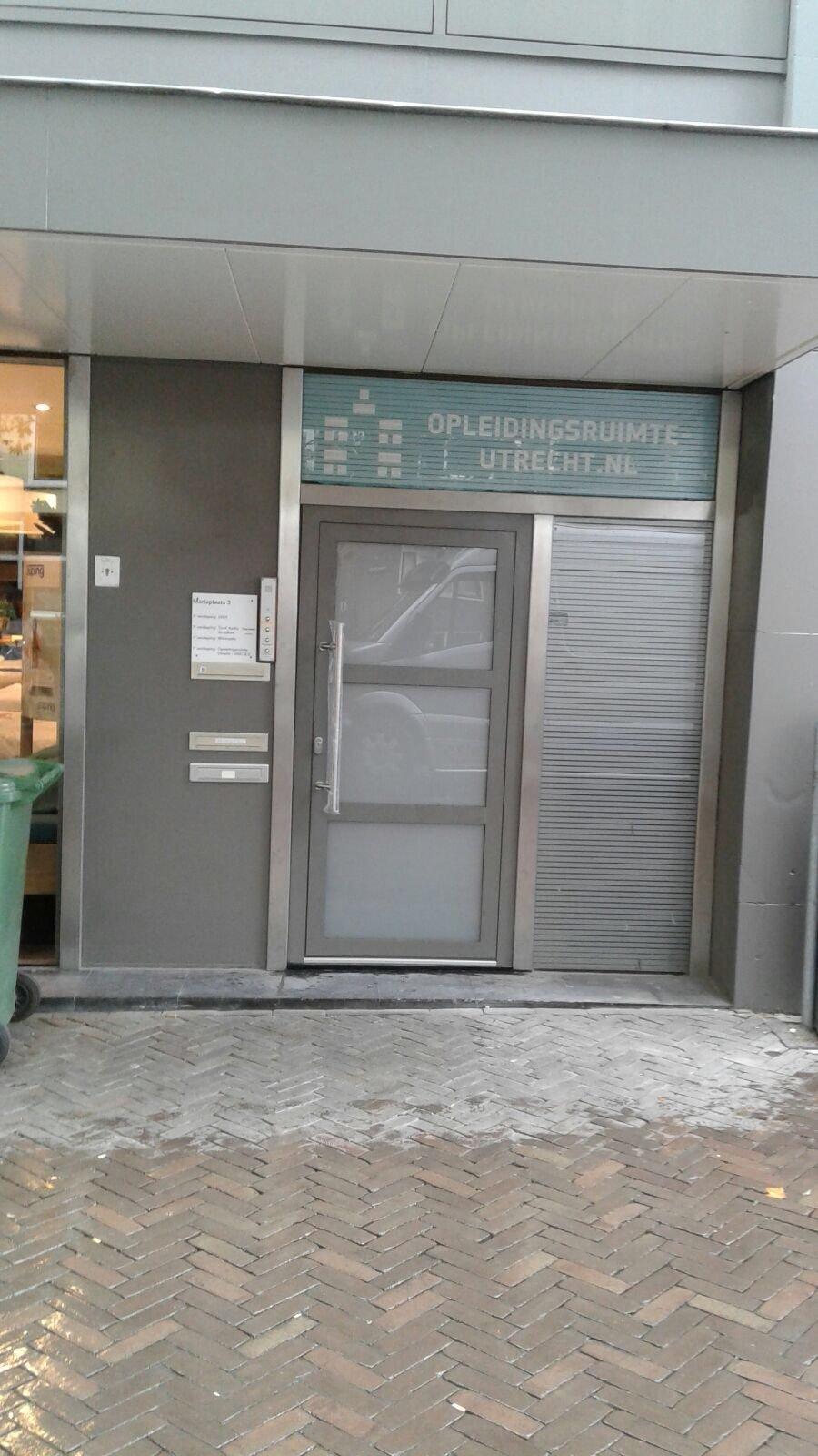 Nieuwe voordeur geleverd in een winkelpand te Utrecht.