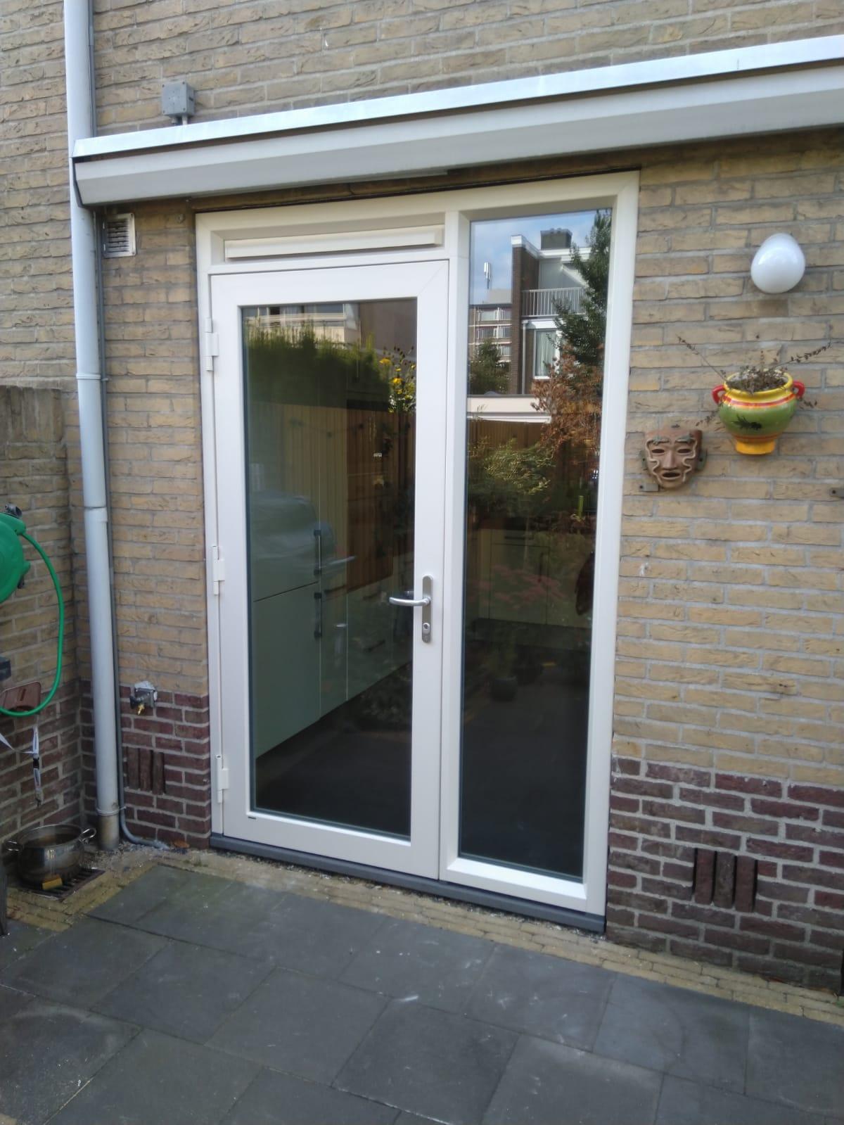 Kunststof achterdeur geplaatst met mooie scharnieren!